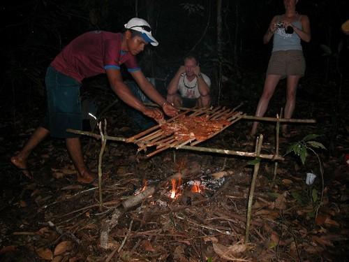 17_asando_carne_en_el_campamento
